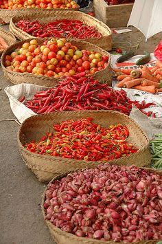 Market fruits and spices in Bali Traditional Market, Indonesian Food, Fruits And Vegetables, Farmers Market, Around The Worlds, Grains, Stuffed Peppers, Beautiful, Print Advertising