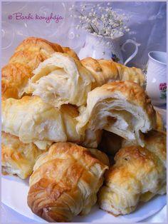 Barbi konyhája: Express croissant reggelire Croatian Recipes, Hungarian Recipes, Bread Dough Recipe, Homemade Dinner Rolls, Croissant, Winter Food, Food Porn, Food And Drink, Snacks