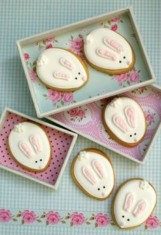 Galletas decoradas / Iced biscuits Galletas en 2019 , Easter Baskets and Easter No . No Egg Cookies, Iced Cookies, Cute Cookies, Easter Cookies, Royal Icing Cookies, Easter Treats, Cupcake Cookies, Sugar Cookies, Cookie Favors