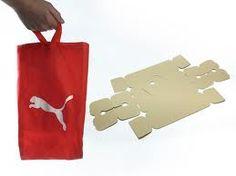 Le packaging choisi par Puma est assez différent des autres packagings que nous avons choisi de présenter. En effet, il n'y a pas de transparence, le packaging est très présent et le produit peu visible. Mais Puma a d'autres atouts. Le plus souvent, le packaging fini à la poubelle. Ici, aussi bien la boite en carton que le sac sont réutilisables.  Avec ce packaging, Puma apparaît comme une marque intelligente et durable.