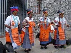 Cape by Design Tours: Xhosa Women delight in Traditional Dress Xhosa Attire, African Attire, African Dress, African Clothes, African Wear, African Traditional Wear, Traditional Outfits, Traditional Wedding, African Beauty