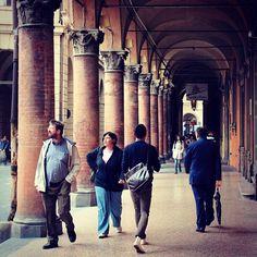 Em dia de chuva, dá para andar por Bologna sem se molhar. São kms de pórticos! - Instagram by @Turomaquia Viagens & Arte