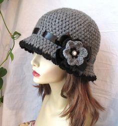 Sombrero del chic Crochet mujer sombrero Cloche gris. Hilado de acrílico suave hecho a mano. Adornado con lazo negro atado en un arco y una