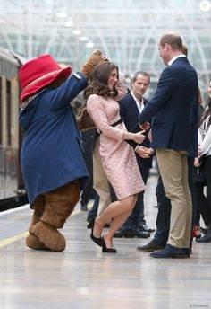 Kate Middleton spent her Monday morning at a kids' charity event at Paddington Station with Prince William and Prince Harry, and danced with Paddington Bear. Kate Und William, Prince William Et Kate, Kate Middleton Photos, Kate Middleton Style, Orla Kiely, Prince Harry, Ours Paddington, Duchesse Kate, Princesse Kate Middleton