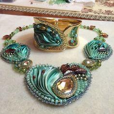 dearuma_aruma (Анар Шарипова) | Iconosquare Ribbon Jewelry, Bead Embroidery Jewelry, Beaded Jewelry Patterns, Soutache Jewelry, Fabric Jewelry, Beaded Embroidery, Jewelry Crafts, Shibori, Beaded Purses