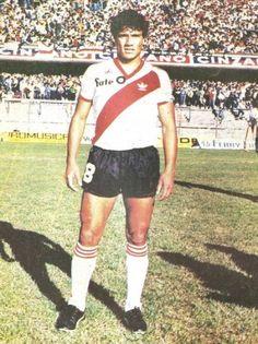 Hector Enrique.Campeón Mundial con la Selección Argentina en FIFA World Cup México 1986. Campeón con River Plate en Campeonato de Primera División 1985/86, Copa Libertadores de América 1986, Copa Intercontinental 1986, Copa Interamericana 1987 y Campeonato de Primera División 1989/90.