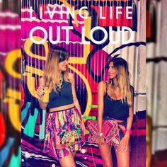 COLORS EVRYWHERE ✌️✌️✌️✌️ #Juanas #Bella #clutches #baiga #colors #life #licing #grafitti #moda #style #cool #stylish #fashion #wow