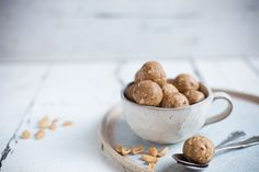 erdnussbutter energy balls Protein Snacks, Protein Ball, Vegan Bar, Peanut Butter Protein, Bliss Balls, Energy Balls, Healthy Life, Clean Eating, Baking