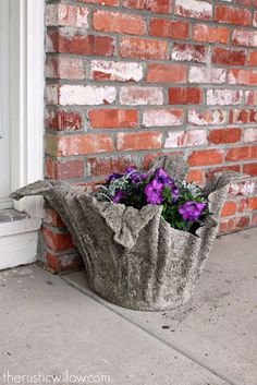15 of the most creative garden projects you can make using concrete. Large Concrete Planters, Concrete Garden, Diy Planters, Planter Pots, Mix Concrete, Concrete Crafts, Concrete Projects, Garden Spheres, Beton Diy