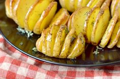 Αρωματικές πατάτες φούρνου με βούτυρο, μέλι και μουστάρδα από τον Τάσο Αντωνίου. Αυτές οι πατάτες φούρνου λιώνουν στο στόμα! Pickles, Cucumber, Food And Drink, Banana, Fruit, Recipes, Pickle, Bananas, Recipies