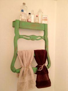 Une chaise, un petit coup de scie, un petit coup de peinture  et hop on la fixe a l'envers et voilà une étagère maline pour votre salle de bain