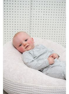 Der Koeka Baby-Strampler Pip in Weiß-Grau ist ein tolles Teil für Babys Erstausstattung. :) Erhältlich bei www.kleinefabriek.com.