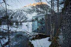 J'imaginais le film Ex Machina avec sa résidence ultra moderne pour milliardaire filmé dans des décors avec une utilisation massive de 3D mais en réalité il a été tourné dans un superbe hôtel perdu au milieu de la nature à Alstad en Norvège créé par les architectes de Jensen & Skodvin Architects. Le Juvet hôtel …