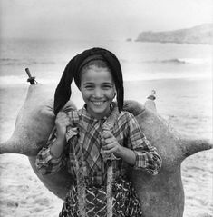 A young girl carrying waterbags on the beach at Nazare, Portugal. Get premium, high resolution news photos at Getty Images Vintage Photography, White Photography, Sabine Weiss, Black White Photos, Black And White, Working People, Vintage Party, Lisbon Portugal, Happy People