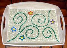 Risultati immagini per bandeja com mosaico Mosaic Tray, Mosaic Glass, Mosaic Tiles, Mosaic Projects, Art Projects, Projects To Try, Diy And Crafts, Arts And Crafts, Mosaic Stepping Stones