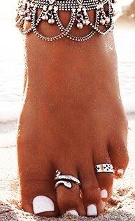 Soins complets des ongles, du pied, du talon, hydratation, pose de vernis simple, semi-permanent, french et soins paraffine sont à votre disposition pour une pédicure impeccable!