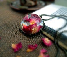 Colgantes - Colgante Pétalos de Rosa Vintage - hecho a mano por Neraidas en DaWanda