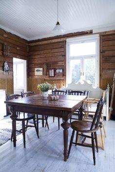 Köket har inte renoverats, bara rensats på mindre vackra ytskikt från 1970-talet. Familjen trivs bättre med de rena timmerväggarna där robusta ting med patina skapar skön stämning. Höga fönster åt två håll gör matplatsen ljus och trivsam. Snart kommer frostnätterna och en välbehövlig paus efter sommarens målning. Det är viktigt med lugnare perioder |