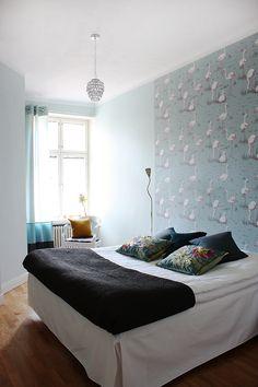 Young couple apartment, interior design, bedroom. Nuorenparin koti, sisustussuunnittelu, makuuhuone. Unga parets lägenhet, inredningsdesign, sovrum.