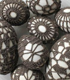 Ja, ja, ik weet het, Pasen is al lang voorbij. Maar ik was gewoon niet op tijd klaar. En ik vond het ook niet leuk om nog een jaar te wachte... Crochet Stone, Crochet 101, Thread Crochet, Diy Haken, Easter Crafts, Holiday Crafts, Broomstick Lace, Easter Crochet Patterns, Rock Decor