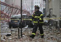 Kran umgestürzt: Wie ein Trümmerfeld sieht diese Straße in New York aus. Ein riesengroßer Kran ist im Stadtteil Tribeca der Länge nach auf eine Straße umgekippt und einen Menschen getötet und zwei verletzt. Er begrub außerdem mehrere geparkte und ein auf der Straße fahrendes Auto unter sich. Mehr Bilder des Tages auf: http://www.nachrichten.at/nachrichten/bilder_des_tages/ (Bild: Reuters)
