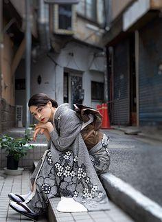 フォトギャラリー|成人式・卒業式の写真撮影・振袖レンタルならaim|東京原宿 Yukata Kimono, Kimono Japan, Kimono Dress, Japanese Kimono, Japanese Outfits, Japanese Fashion, Traditional Fashion, Traditional Dresses, Geisha