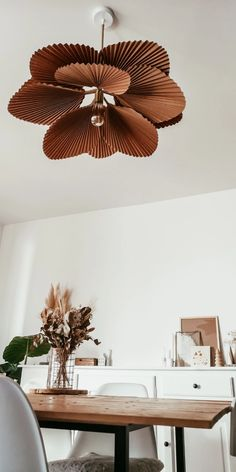 DIY : Mon abat jour en papier Want to do this ! DIY: My paper lampshade - Flavie Peartree Diy Home Crafts, Diy Home Decor, Room Decor, Diy Interior, Interior Design, Paper Lampshade, Bedroom Lampshade, Lampshade Redo, Diy Décoration