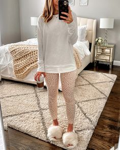 Since we are all living the leggings life for a while, I wanted to round up 10 casual leggings outfit ideas for working from home. Lazy Outfits, Cute Comfy Outfits, Winter Outfits, Casual Outfits, Cute Lounge Outfits, Pajama Outfits, Fashion Outfits, Leggings Outfit Winter, Legging Outfits