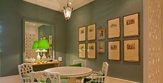 A sala de jantar criada pelo arquiteto Wiliam Maluf reflete um clima tranquilo e relaxante com a utilização dos diversos tons de verde e do branco no mobiliário.