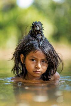 La petite fille et le singe