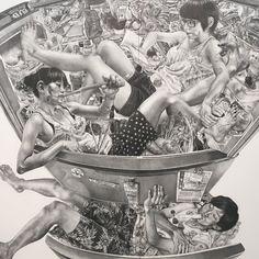 熊澤未来子展 @ 市ヶ谷ミヅマアートギャラリー食べ物飲み物の詰まった冷蔵庫の中に3人の男女が収まってる作品円く歪められてますがたぶん現実にはサイズ的にありえない映像だし中身の詰まってる感がすごいしかもネタでなく自然体で3人も入っちゃってるという超現実感が面白いです  日常の風景を変容させた作品が多いらしくこれもその流れなんですがそもそも最近は画像の加工なんて当たり前にされてるしVRとかARとかも出てきてるので何が現実で何が非現実なのかよくわからなくなってきてる部分もあるいまはむしろこのくらい現実を超えたものの方が普通なのかもみたいな解説がされててなるほどと  しかし画力も圧倒的です写真では伝わりにくいですがすべて鉛筆で描いてるそうです  #1日1アート #熊澤未来子 #MizumaArtGalley #MikokoKumazawa #Drawing #everydayart