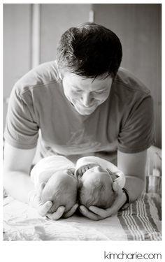 newborn tweeling met papa <3