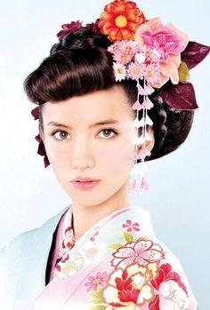 色鮮やかな着物に映えそう♪ 色打掛に合うポンパドールヘア一覧。白無垢・色打掛を着る際の髪型の参考に☆