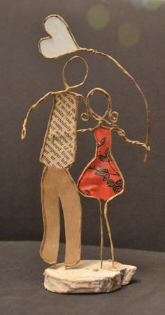Make and put photos of the couple in the face area. Wire Crafts, Bead Crafts, Diy And Crafts, Arts And Crafts, Sculptures Sur Fil, Wire Art Sculpture, Wire Sculptures, String Art, Metal Art