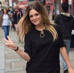 """Drew Barrymore Walking in London feeling very """"Piccadilly circus"""" which is where I was heading, wearing all make up by hair by Cheveux De Drew Barrymore, Drew Barrymore Hair, Drew Barrymore Style, Blunt Hair, Walks In London, Celebrity Hairstyles, Braided Hairstyles, Hair Today, Hair Looks"""