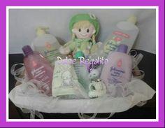 Canastilla para el baño formada por: baby baño y cabello 500ml, colonia 750ml, jabón líquido bedtime 300ml, shampoo lavanda 300ml, chupete, babero, cinta para el pello y muñeca verde. Haz más placentera la hora del baño con un regalo ideal.