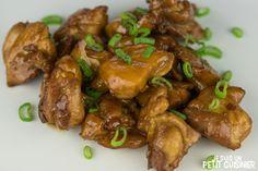 Comment faire le poulet teriyaki, un plat japonais très répandu en occident. Du poulet sauté avec une délicieuse sauce très simple à faire. Recette facile