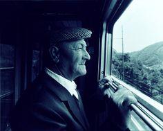 """Un viaggiatore assorto nel guardare il paesaggio che gli scorre davanti. Scriveva Strindberg nel 1885: """"è ormai un pregiudizio quello secondo il quale dal finestrino del treno non si vede nulla. Vero è che un occhio non interessato scorge soltanto una siepe e una fila di pali del telegrafo. Ma dopo essermi esercitato per tre anni, io ho disegnato dal finestrino dello scompartimento paesaggi, flora, case di contadini, utensili e ne ho riferito..."""""""