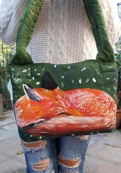 Borsa con manici a spalla in cotone, fatta a mano e dipinta con colori per tessuto; con fodera interna nera. Le dimensioni della borsa sono circa 22 cm x 27 cm (8,66 x 10,62).  Lillustrazione dipinta sulla borsa è una volpe rossa che dorme, anche lo sfondo verde è stato dipinto con colori