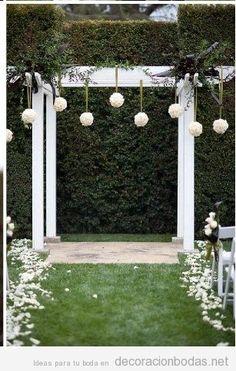 Idea moderna y sencilla para un altar de boda en un jardín