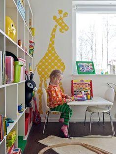 Una mesa en la habitación de los niños.
