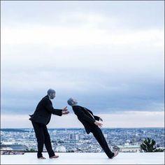 Yoann Bourgeois | Monuments en mouvement. Tentatives d'approches d'un point de… Funny Dance, Dance Humor, Yoann Bourgeois, Paris Art, Dance Photos, France, Vide, Monuments, Cosmos