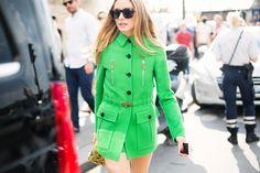 Olivia Palermo, con cazadora safari en verde flúor