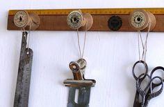 Boutique nain.de.jardin Patère pour couturière. Règle d'écolier et bobines de bois. N°62