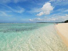 【沖縄おすすめ情報】 瀬底ビーチ(せそこ)/瀬底島 この美しい白砂の浜からシュノーケリングで泳ぎ出す。海は遠浅だ。 撮影/瀬戸口 靖