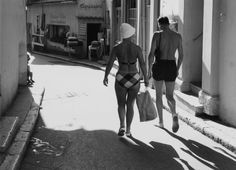 En chemin pour la plage 1960 by Robert Doisneau