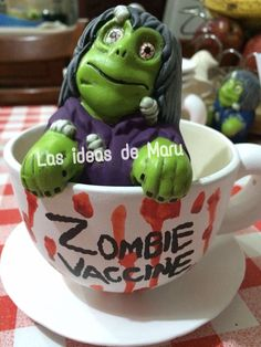 Taza porcelanizads, con figura de zombie y plato incluido