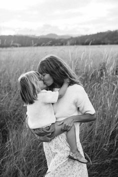 boho mother and baby photography black and white Summer Family Pictures, Family Photos, Family Posing, Family Goals, Family Love, Fall Family, Kids Labels, Family Picture Outfits, Foto Baby