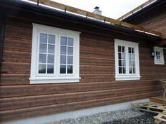 utvendig panel tips samt ramme for vindu Dom, Garage Doors, Exterior, Cabin, Outdoor Decor, Home Decor, Decoration Home, Room Decor, Cabins
