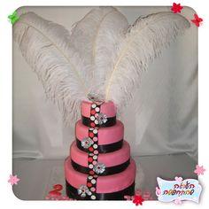 Torta de boda en rosa con cintas negras y plumas blancas - עוגת חתונה בסגנון המולאן רוז':העוגה שהתחפשה -  עוגילנד - עוגות מעוצבות ועוד